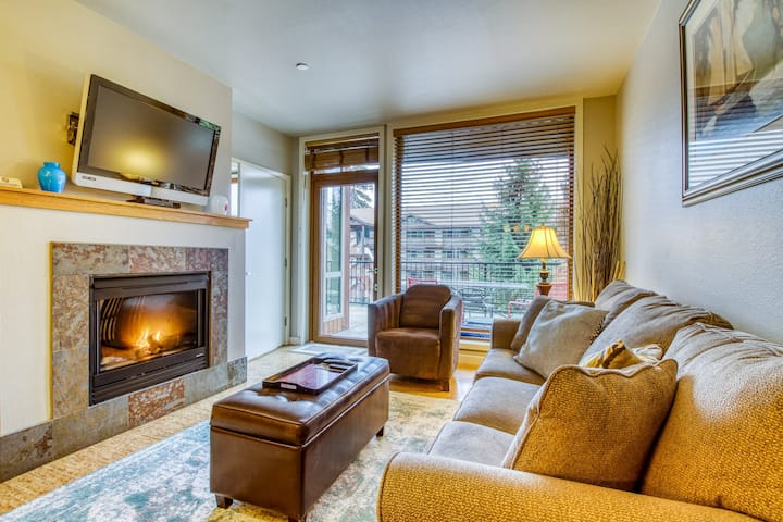 Cozy & modern condo w/ private balcony, shared pool & hot tub - walk to the lake