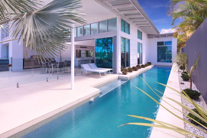 Modern Luxury Waterfront- Pool. Spa - Bundall - Casa