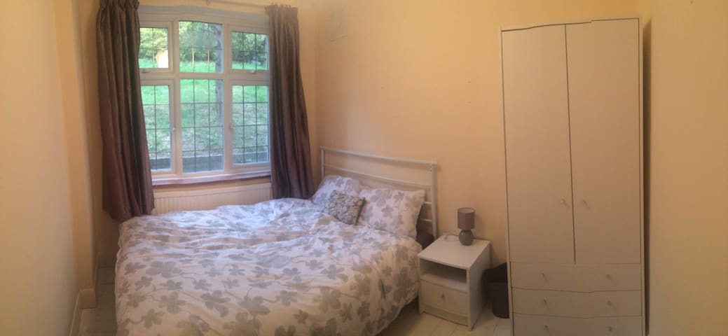 Double bedroom in a shared flat in Purley - Purley - Apartamento