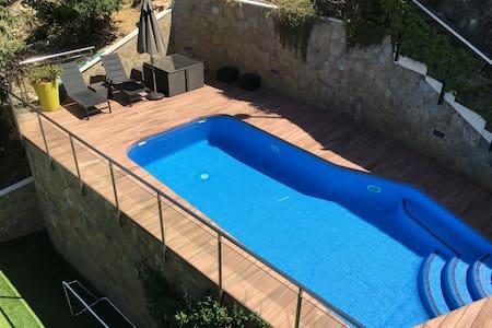 Magnífica casa con piscina, zona de juegos y sauna - Gelida