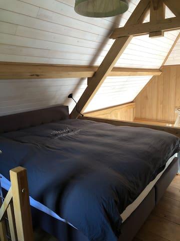 Met de Franse eiken gebinten een romantische touch, en een heerlijke nachtrust via het king size Auping bed. Er zijn een zachte en een medium matras. Je kan kiezen welke het prettigst ligt. Met nachtlampje en TV