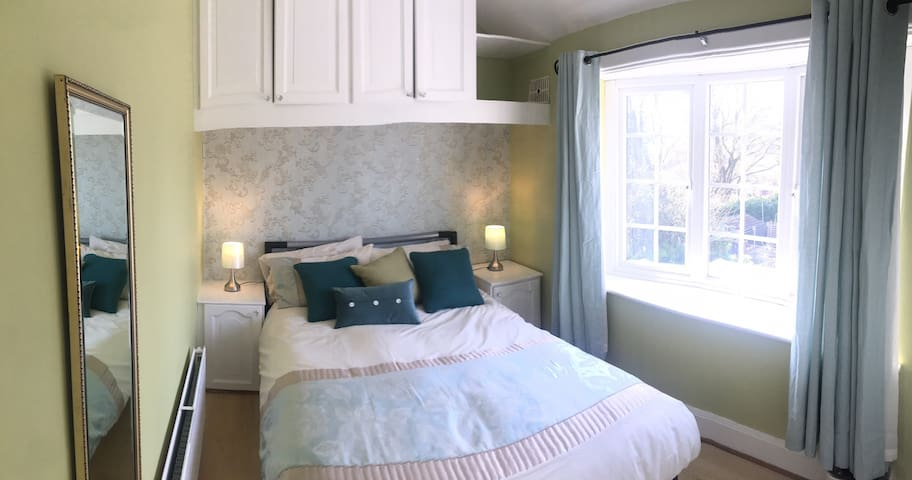 Beautiful Beauchief retreat near parks, golf, bus