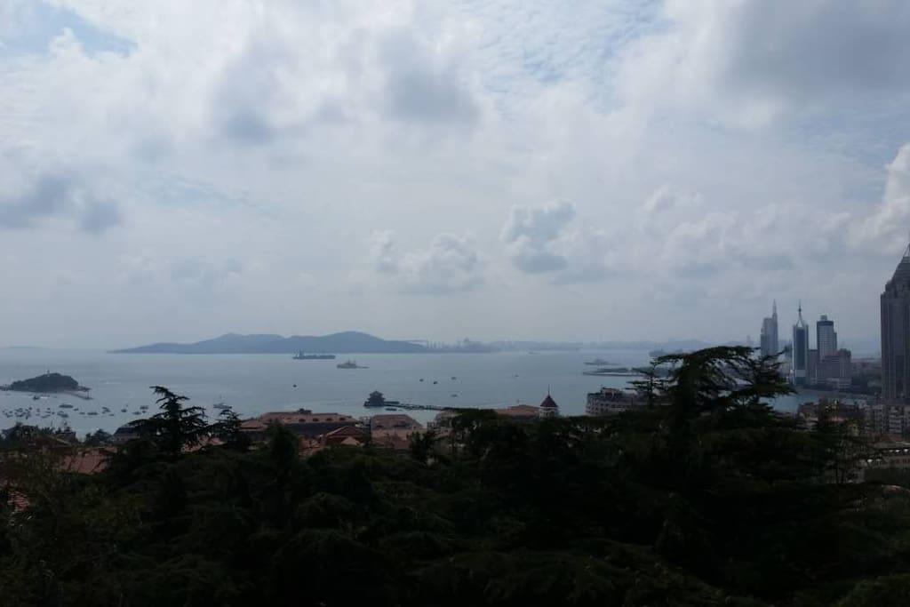 房间的50米范围内的观海山公园,饱览青岛沿海风情。心情开阔。