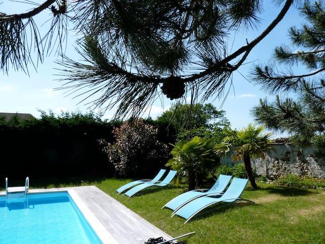 Belle maison moderne avec piscine - Civry-la-Forêt - Hus