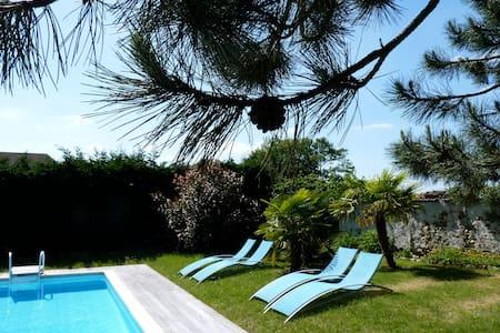 Belle maison moderne avec piscine - Civry-la-Forêt - Haus