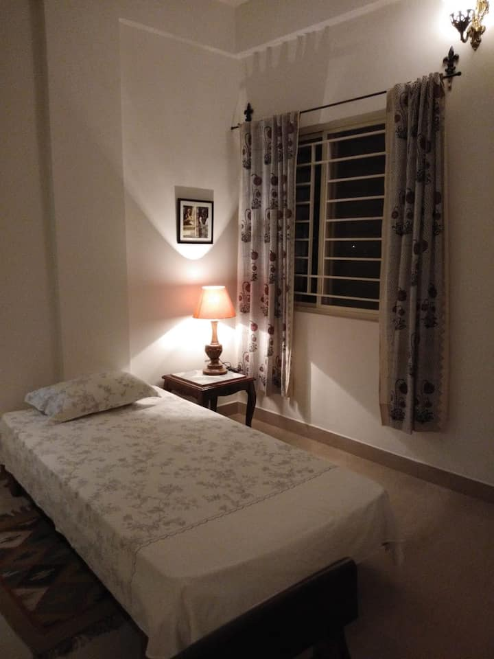 Comfortable twin room in boutique flat