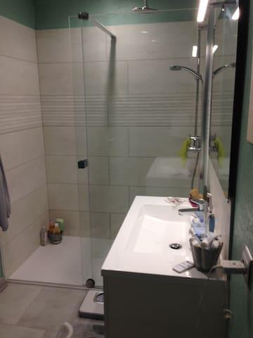 Une partie de la salle de bains