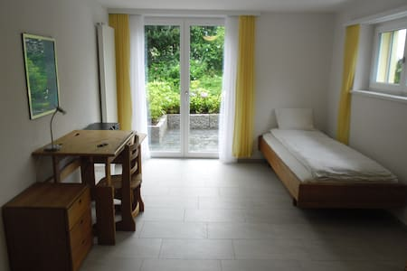2 bed-room with own garden area, 5 min to the lake - Huis