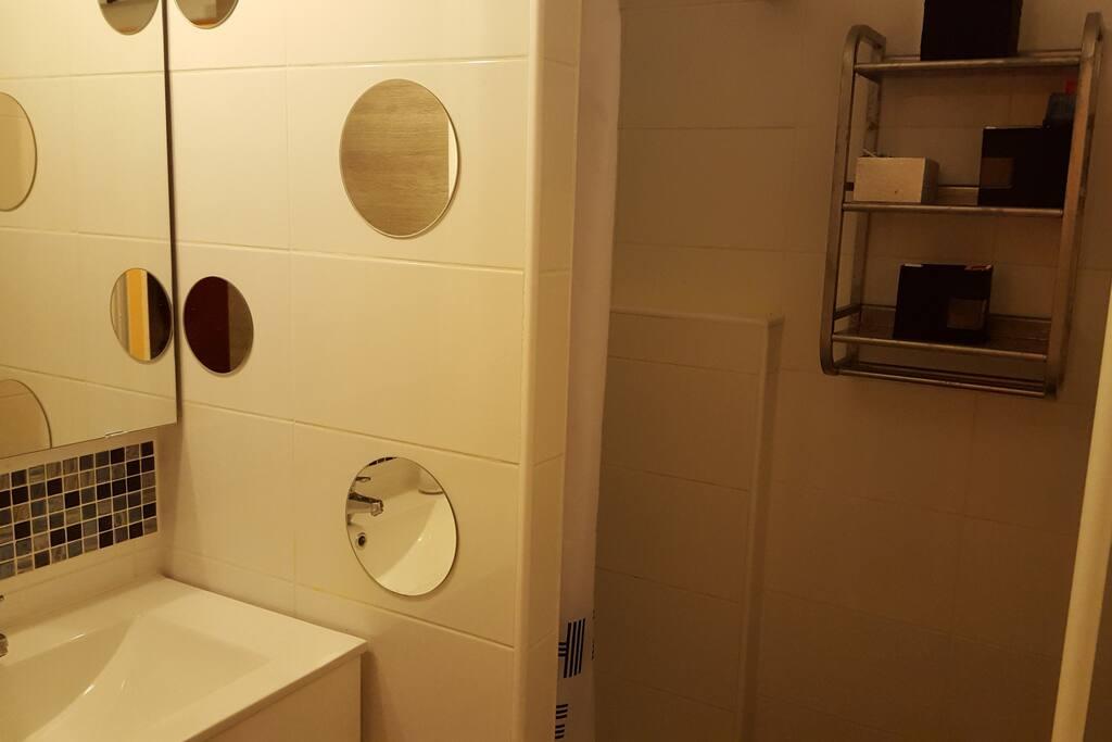 lavabo + douche spacieuse