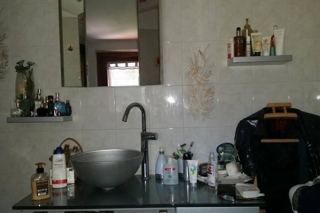 Il bagno privato con accesso diretto dalla camera