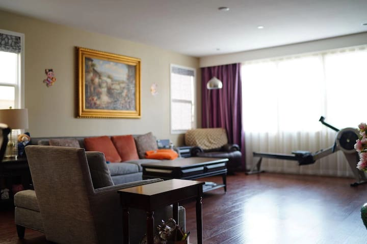 New upstair private bedroomBath,free Streetparking