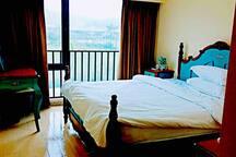 小卧室内欧式风格摆设,望高尔夫球场。