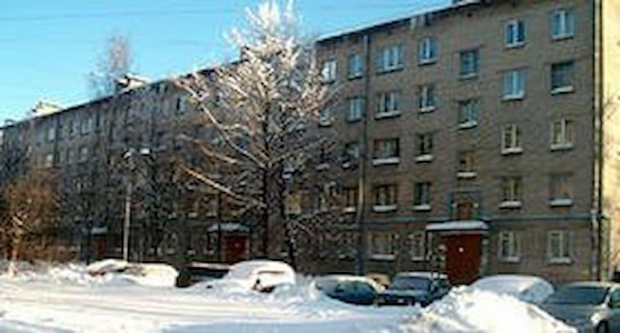 Сдаю 3-х комн кв по суткам за 1000 - Dzerzhinsk - Apartment