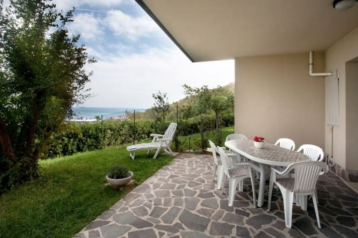 Appartamento con giardino frontemare