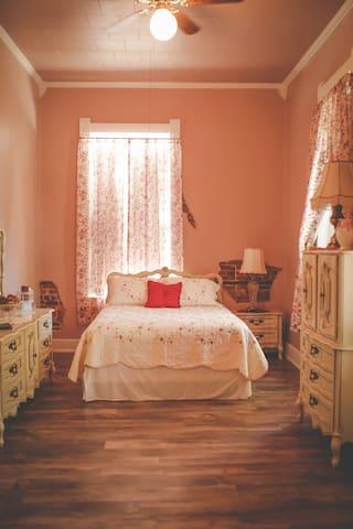 Perkins House Inn, 126 yr old, Victorian Room