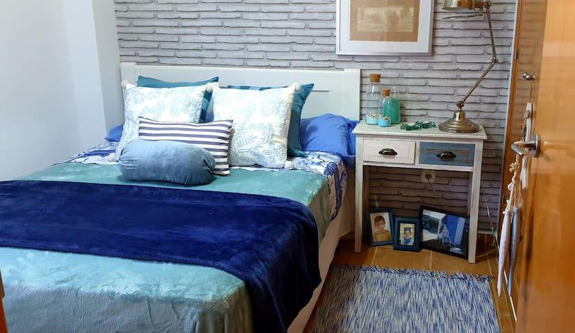 Cómoda habitación, baño privado y en la playa.