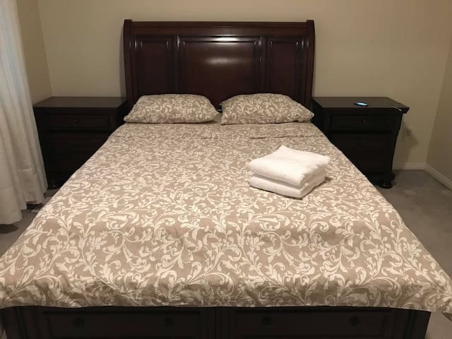Spacious Queen bed (free parking + $0 CleaningFee)