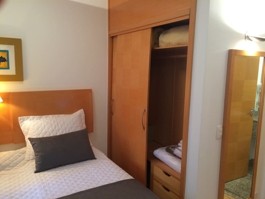 Cama e armário