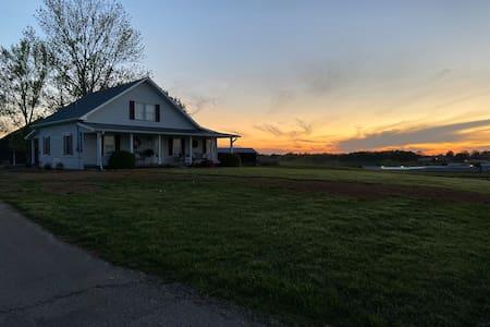 Beautiful Farmhouse near Lake Cumberland