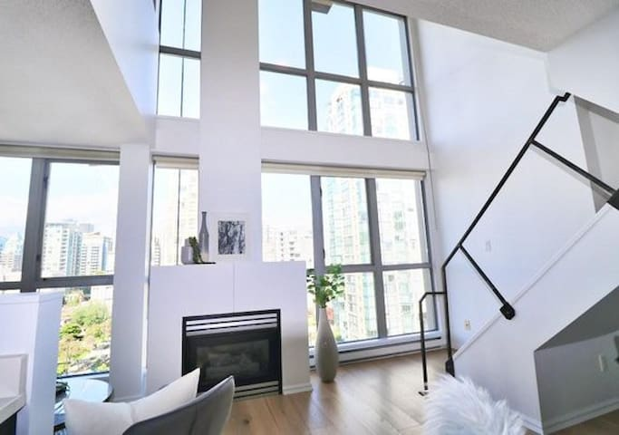 Beautiful LOFT in trendy YALETOWN! (New Listing)