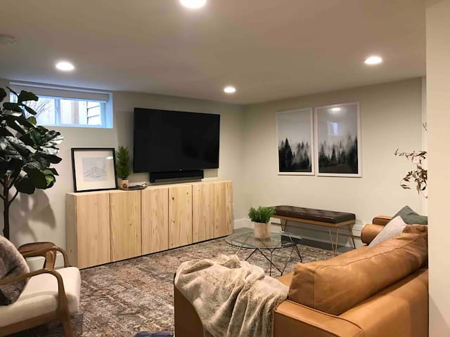Newly remodeled 2 BD University area apartment!