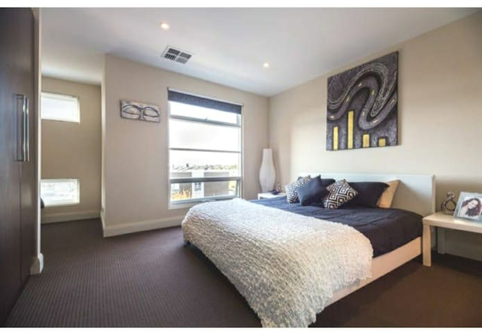 Huge Main Bedroom close to Adelaide CBD