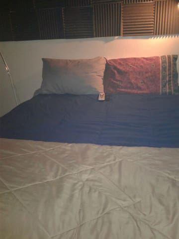 Clean Queen Bed wit 48'VizioSmartTv - Gardena - Departamento