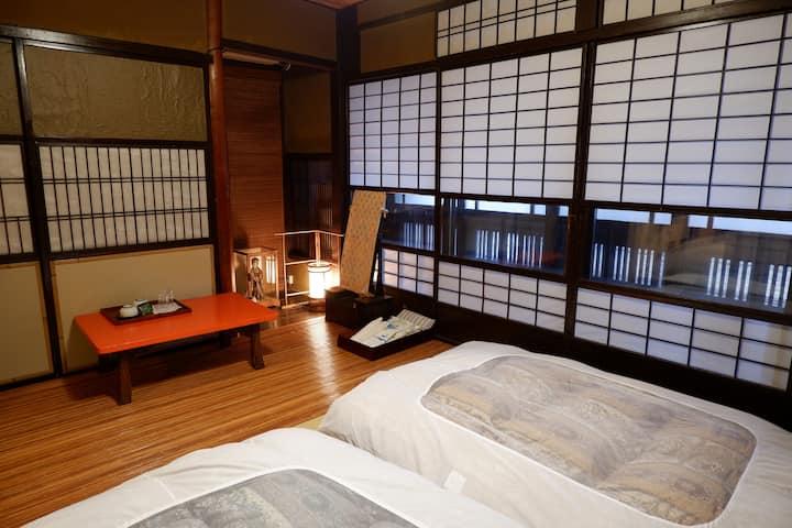 澤食 みやの間(表)ほんまもんの町家。宮川町のど真ん中にお泊りやす。2名までお泊りできるプラン