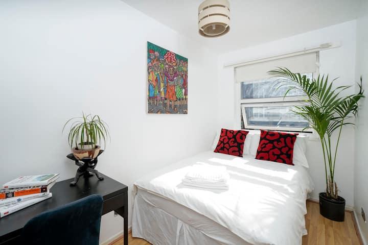 Bedroom w/ Inbuilt Wardrobe (London Fields)