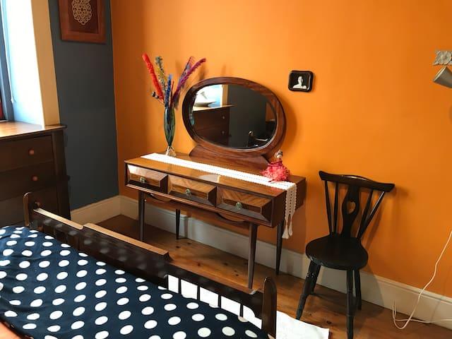 Pauluska's Hostel - Quarto Laranja / Orange room