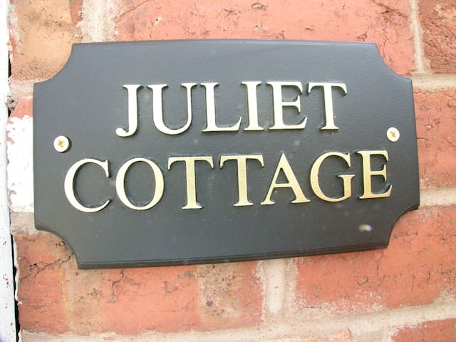 Juliet Cottage HOT TUB Sleeps 3 Singles or Double