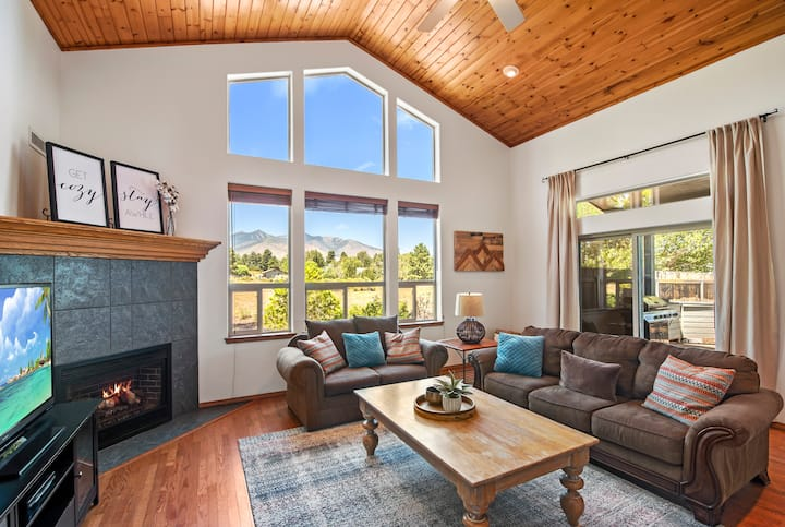 Spacious Lodge with Peak Views (2.5 acres)