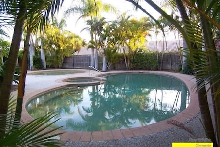 Secure Complex with Pool & Aircon - Zillmere - Villa