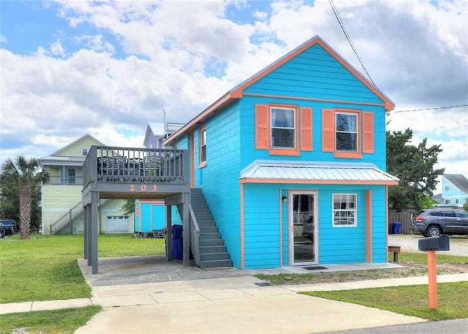 Turquoise Tunny - Great Cozy Pet-Friendly Home in a Great Location, 2.5 Blocks from Beach, Close Proximity to Famous Carolina Beach Boardwalk!