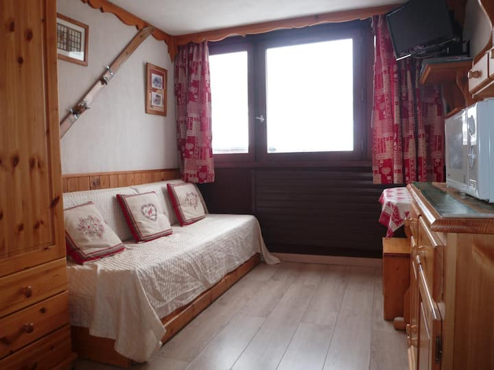 Studio for 2 persons in Tignes next to the slopes, the shops and close to the ski school and the tourist office in le Lac area