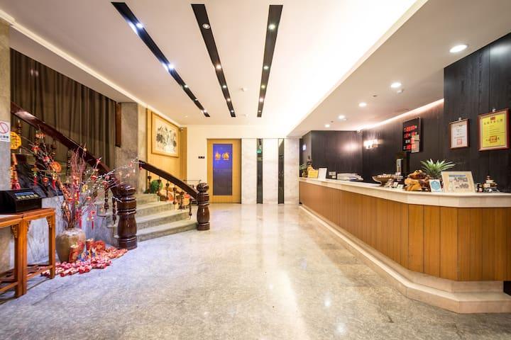 國園飯店{COUNTRY HOTEL}兩單床套房~含自助式早餐.
