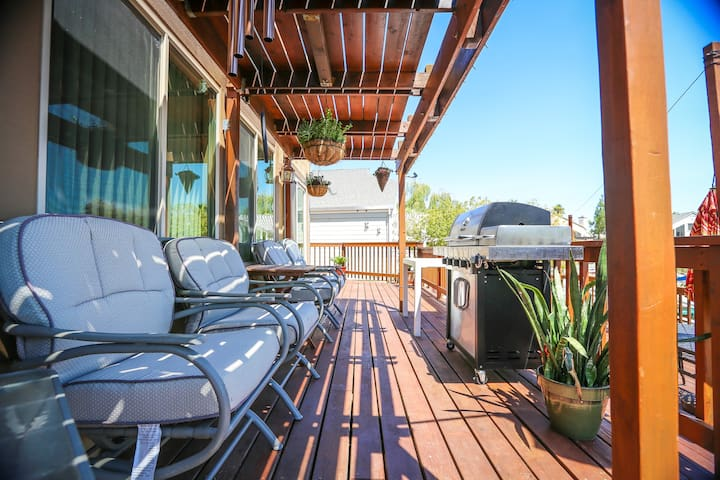 Sit back and watch the grill!  Enjoy cooking at the upper deck and smell that mouth-watering BBQ.