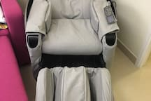 OSIM UDivine Massage Chair, good for relaxation & sleep over-night. OSIM 顶级天王按摩椅,为旅客提供良好的放松和过夜睡眠环境。