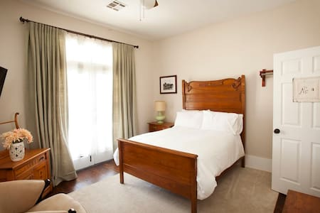 Inn at the Springs / Redbud Room #3 - Siloam Springs - Bed & Breakfast