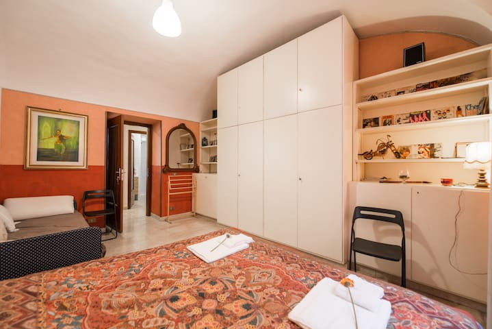 .Cozy large Room, near Colosseum! 600m MetroA!