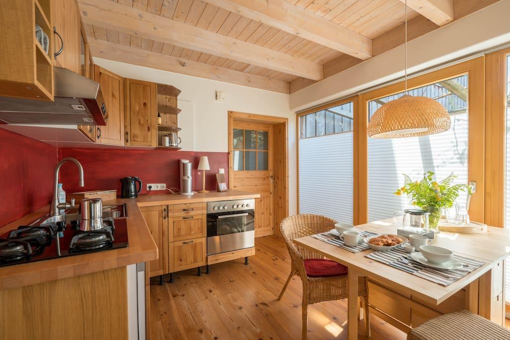 Die Küche ist voll ausgestattet mit Gasherd, Backofen, Külschrank und Spülmaschine. Außerdem gibt es einen Toaster, einen SodaStramer, einen Milchschäumer und einen Wasserkocher.