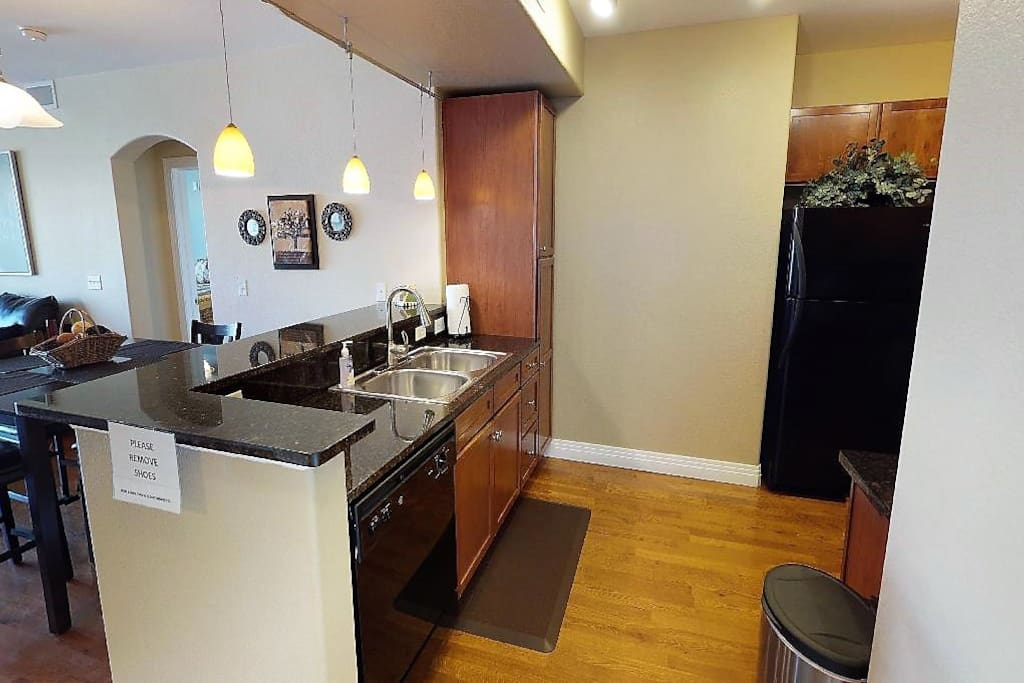 Spacious Kitchen: fully stocked (pots, pans, Keurig, everything you need!)