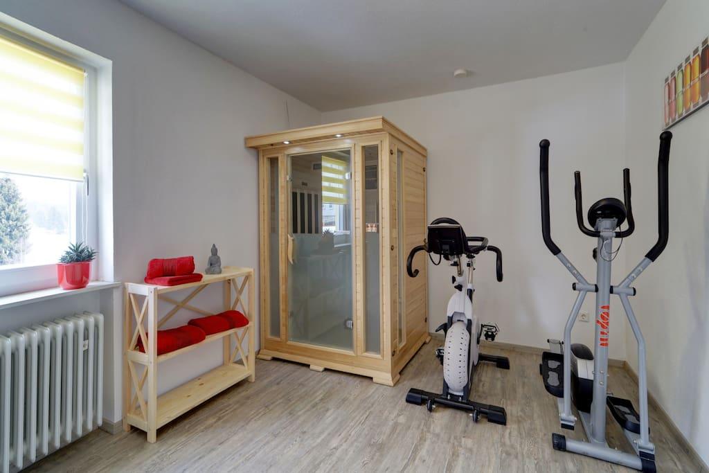 Fitnessraum mit Infrarotkabine und Kicker