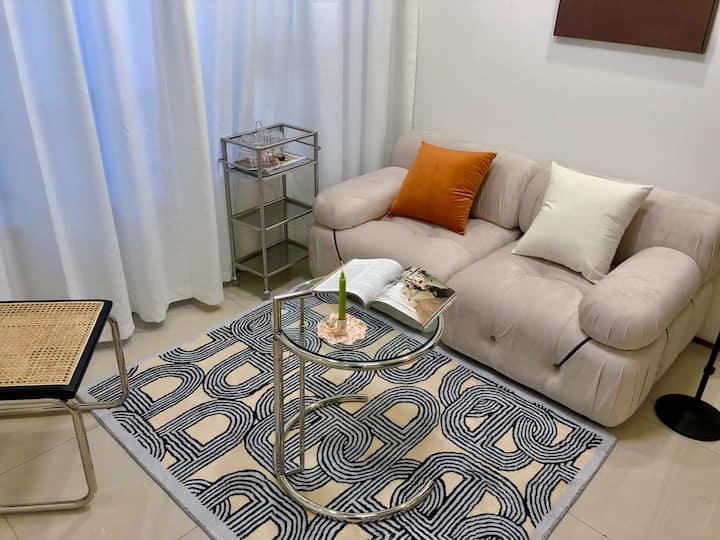 【藝術家·Artist】万达公寓·60平两室一厅·市中心·智能投影【标价为两人,两人以上请联系】