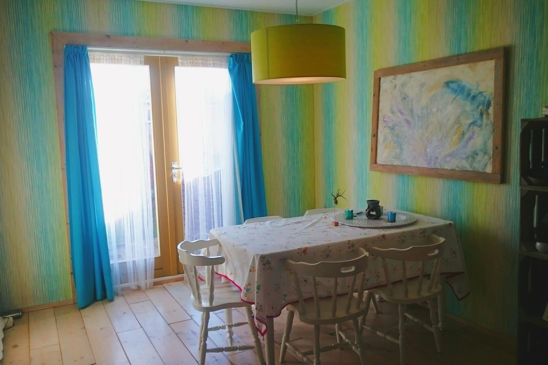 Een leuk, knus en centraal gelegen appartement met tuin slechts enkele minuten loopafstand van het station en ongeveer een kwartier lopen naar het centrum van Breda. Het appartement beschikt over een ruime en lichte woonkamer, keuken met alle apparatuur aanwezig. Het toilet in de gang separaat van de badkamer. Naast de woonkamer vindt u een kleine, knusse slaapkamer met tweepersoonsbed met opberglades onder het bed en ensuite douche. Annuleren van de boeking kan tot 48 uur van te voren kosteloos. Het uitchecken van de kamer maximaal tot 12.00 of in overleg.