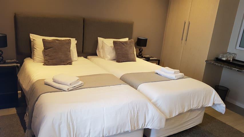 Phoenix Lodge  - King / Twin Luxury Room - S/C