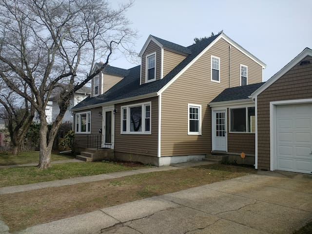 Charming Cape Cod, Bright, 5 Bedrooms, Deck, Yard