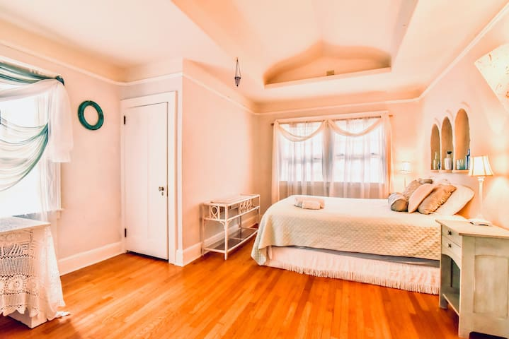 WALK DOWNTOWN: Beautiful private room in eco home