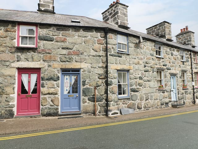 4 CADER ROAD, pet friendly, with open fire in Dolgellau, Ref 974996