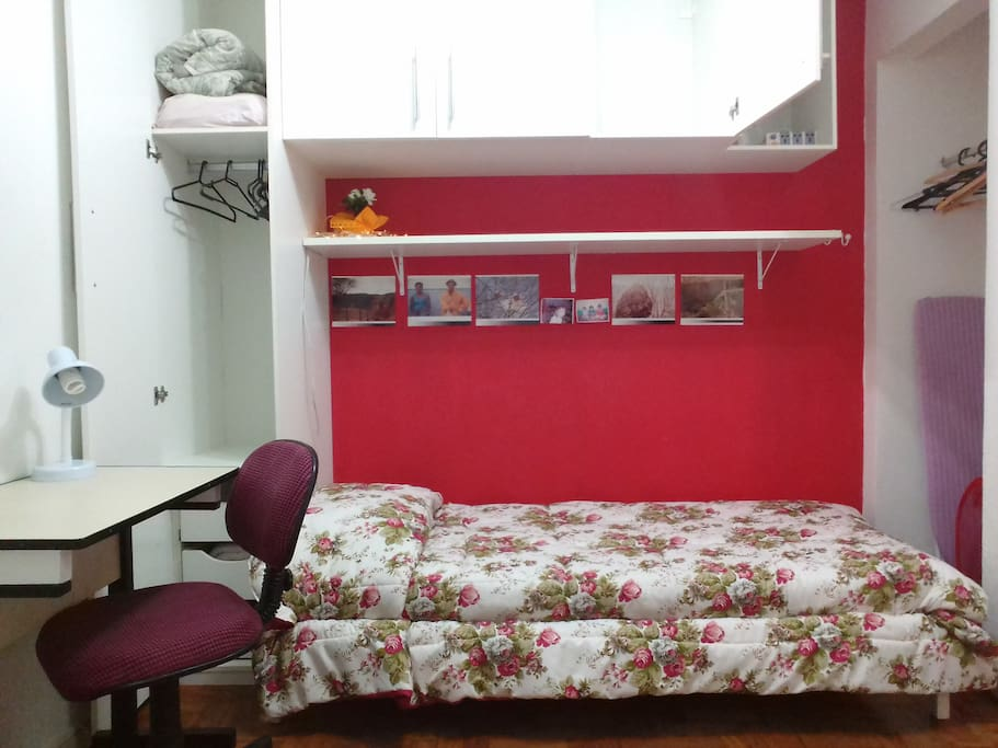 Room with twin beds, wardrobe and desk. It includes free bed sheets and pillowcases! / Quarto com 2 camas de solteiro, guarda-roupa e mesa para trabalho. Inclui lençóis e capas para travesseiro sem custo adicional!